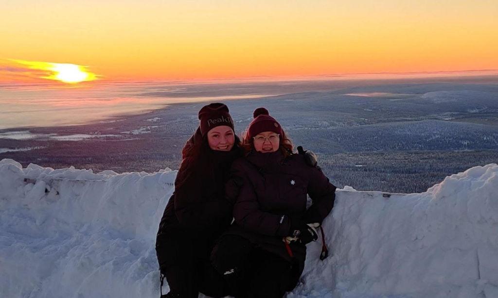 Tiia Ikäheimonen ja Katja Kumpula Yllästunturin huipulla.