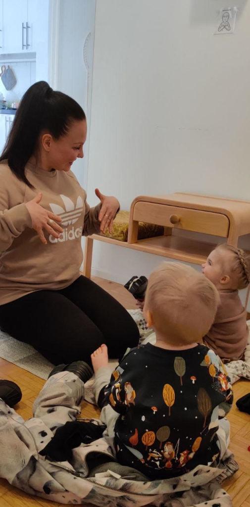 Tiia Ikäheimonen tukiviittomassa yksityisen perhepäivähoito Tiitiäisen lapsille.