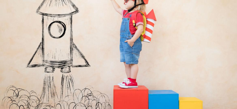 Lapsi ja leikkiraketti